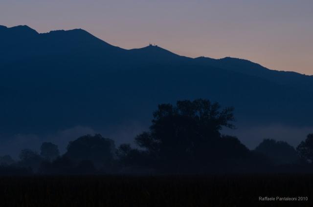 Il massiccio del Terminillo visto dal lago di Ripasottile poco prima dell'alba.